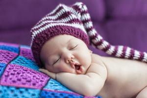 بچّه تازه متولّدشده در کلاه / Cute Newborn Baby Sleeps In A Hat