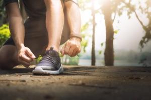 دونده جوان در حال بستن بندهای کفش / Young Man Runner Tying Shoelaces
